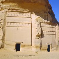 Arabie Saoudite, Hégra : Jabal Al-Ahrmar - 2 tombeaux à 2 rangées de merlons