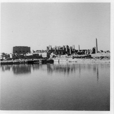 Karnak, sanctuaire d'Amon et son lac sacré, depuis le Sud-Est.