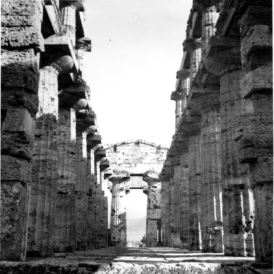 Poséidonia-Paestum, temple de Poséidon, intérieur.