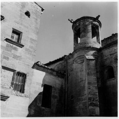 """Les Baux-de-Provence, le campanile dit """"Lanterne des Morts"""" s'élevant sur la Chapelle de Manville. A l'arrière du Campanile, l'église Saint-Vincent."""