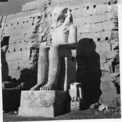 Karnak, Sanctuaire d'Amon, façade Sud du VIIIe pylône, aile Ouest, Colosse de calcaire blanc.