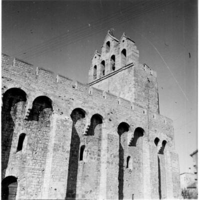 Le mur de renfort de l'église des Saintes-Maries-de la Mer