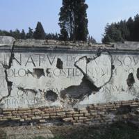 Ostie, près de la porte Romana, inscriptions dédicatiores