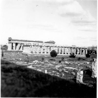 Poséidonia-Paestum, temples d'Héra (en premier plan) et de Poséidon, côté Sud et façade Ouest.