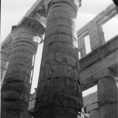 Karnak, Sanctuaire d'Amon, grande salle hypostyle, première travée Sud, colonnes et claustra.